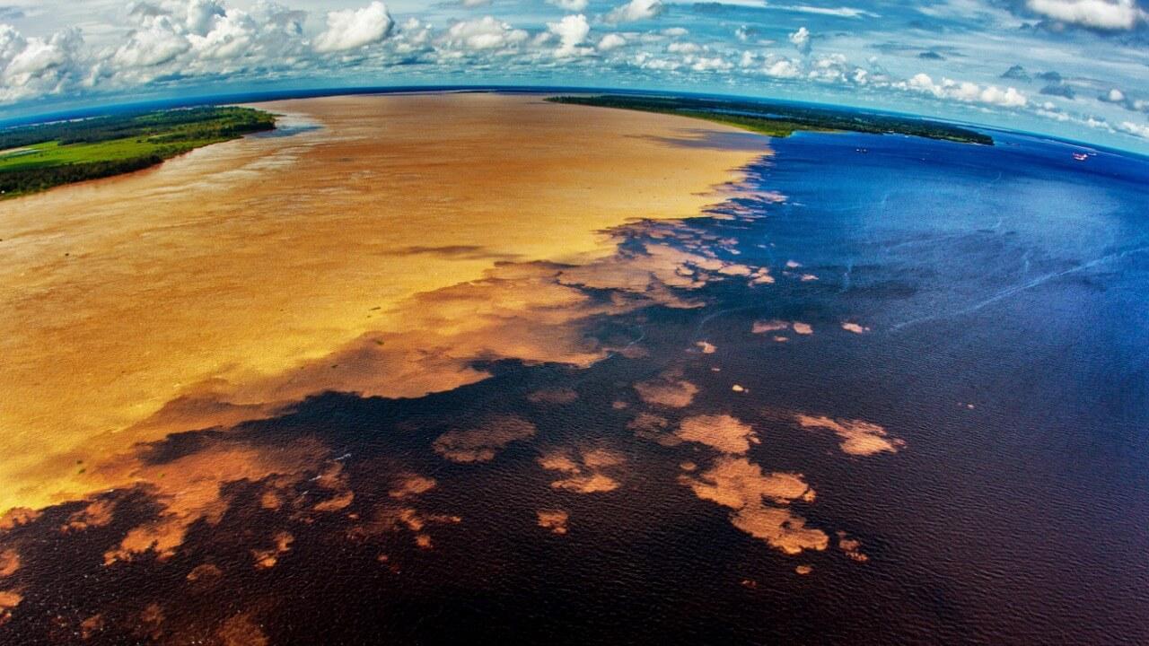 Turismo de Natureza em Manaus. Encontro das águas entre o rio negro e solimões