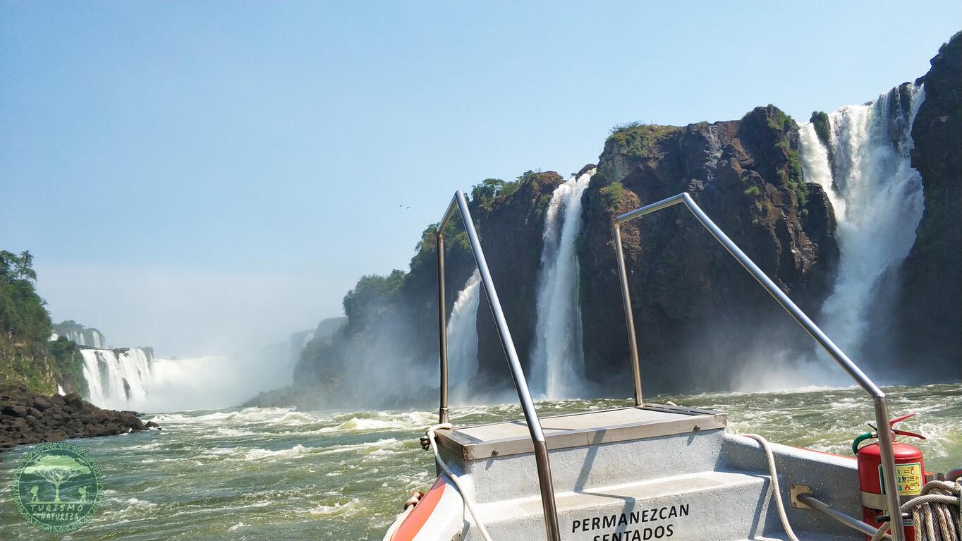Passeio de barco pela empresa Gran Aventura. Vista do Salto Três Mosqueteiros.