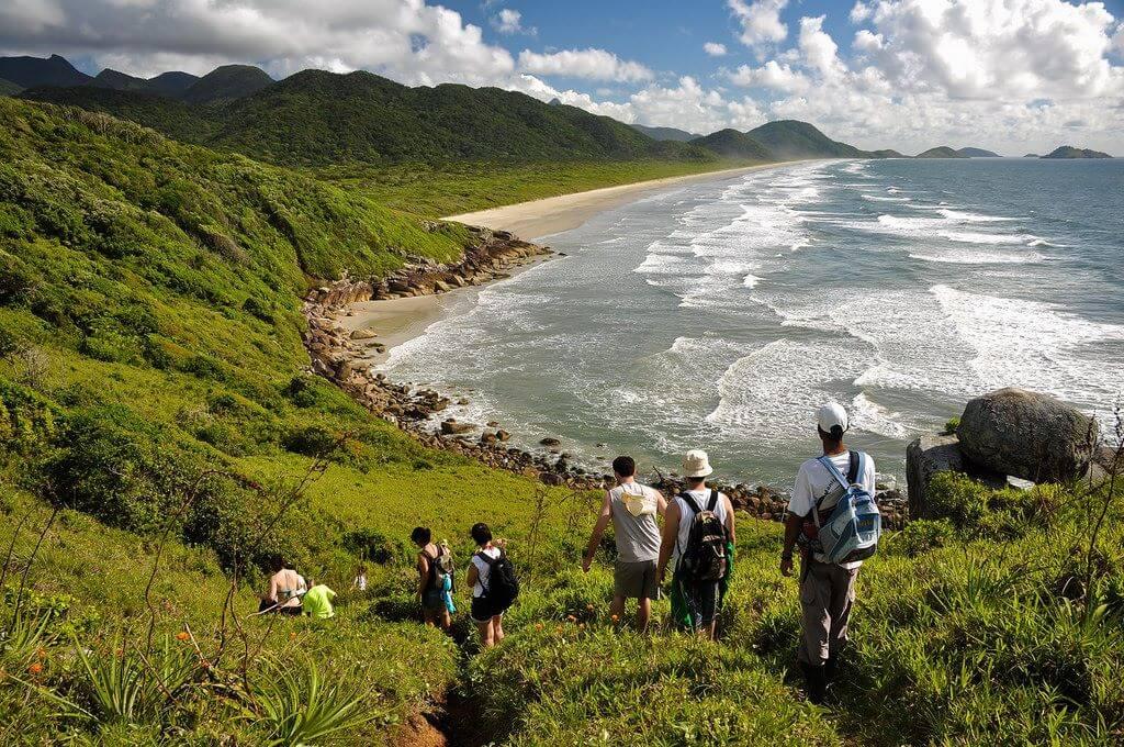 Turistas fazendo Trilha até a Praia do Marujá.